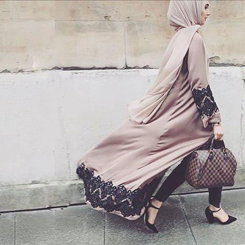 Vente et location de robes dubai avec foulard. Robe violet en dentelle noire. Robe libanaise orientale pas cher sur Paris. La plus belle robe de soirée Dubai et libanaise.