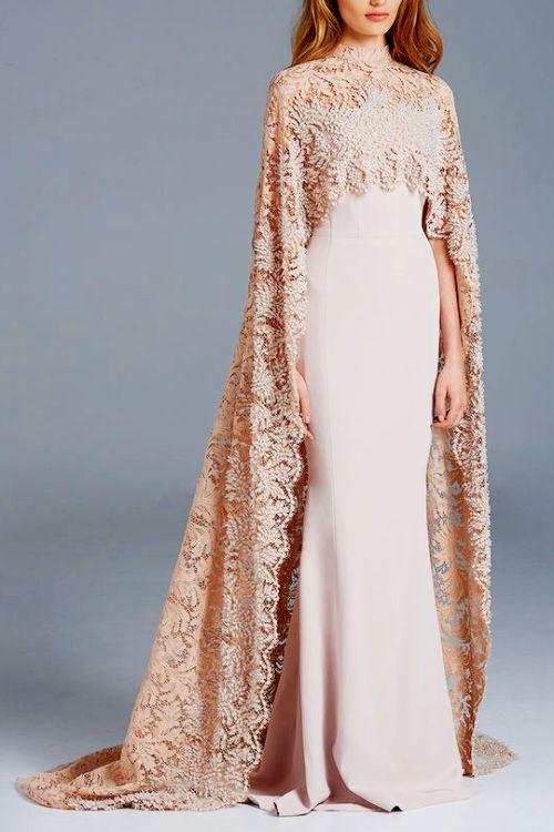 Robe orientale libanaise rose avec cape. Plus belle robe orientale à louer sur paris.
